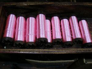 ピンク糸を巻いたボビン